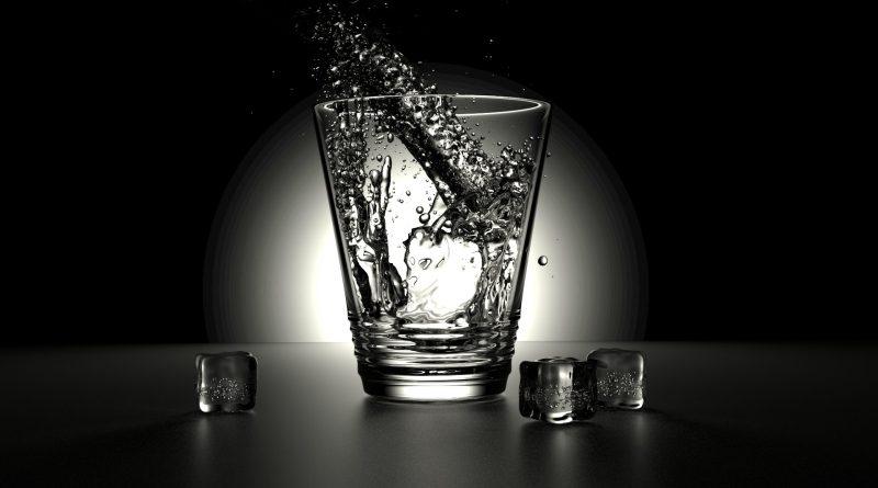 Wasser in ein Glas (schwarz-weiß)
