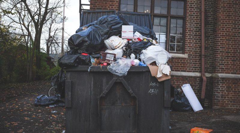 Ein überfüllter Müllcontainer
