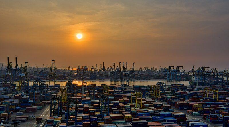 Ein Hafen mit vielen Containern