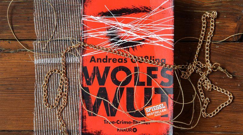 """Das Buch """"Wolfswut"""" auf einem Holztisch liegend"""
