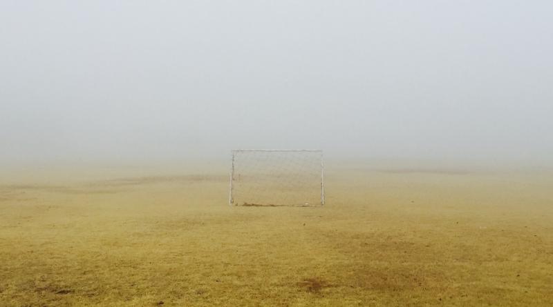 Kleines Fußballtor auf Feld im Nebel