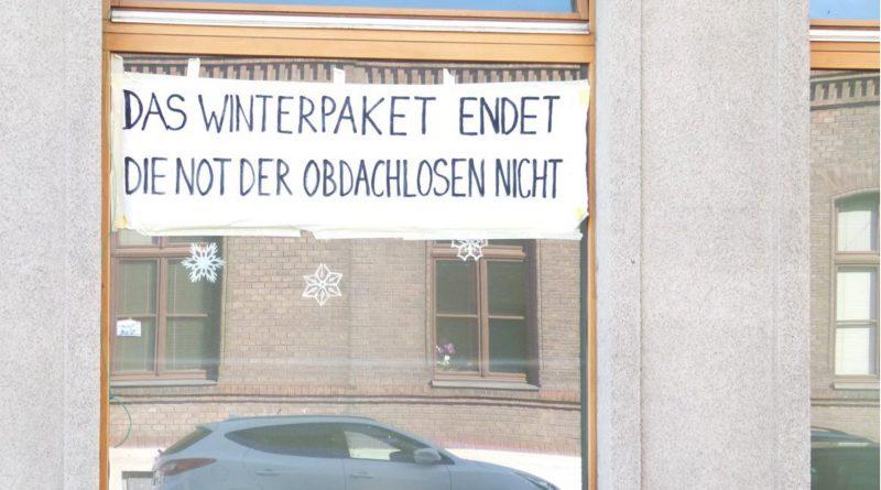 """Plakat in der Gudrunstraße: """"Das Winterpaket endet die Not der Obdachlosen nicht!"""""""