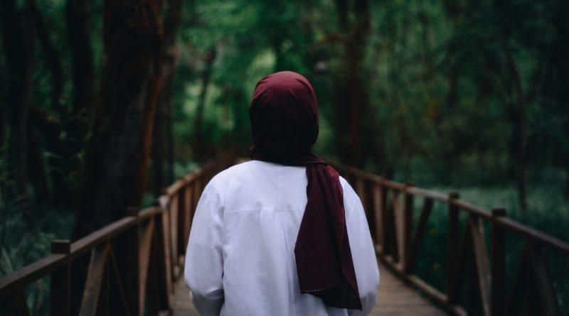 Frau mit Hijab im Wald, Foto von hinten