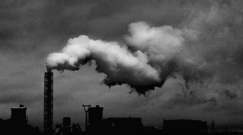 Fabrik, Rauch aus Schornstein in schwarz/weiß