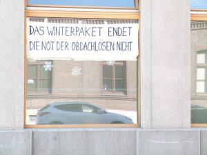 """Plakat: """"Das Winterpaket endet die Not der Obdachlosen nicht"""""""