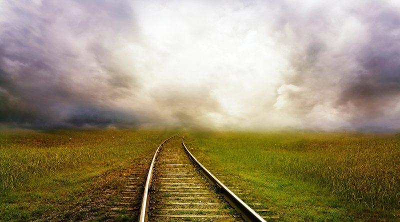 Eisenbahnschiene in einer utopischen Landschaft