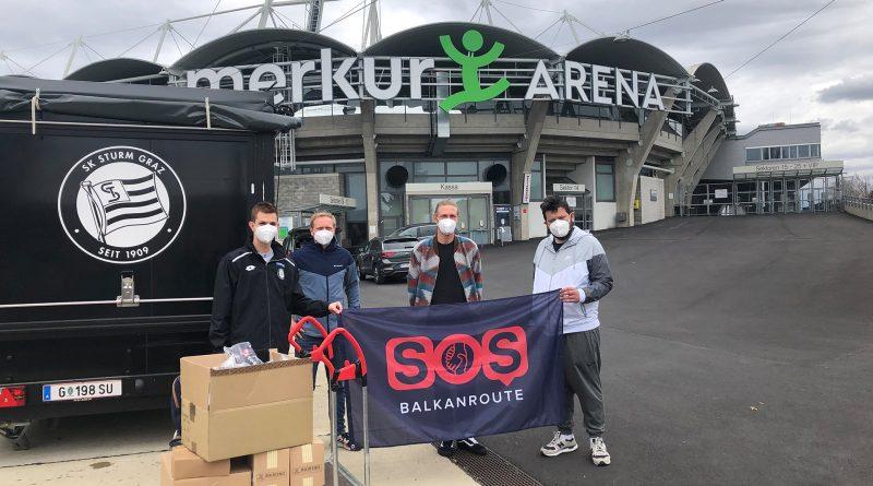 Die Übergabe der Spenden vor der Merkur-Arena