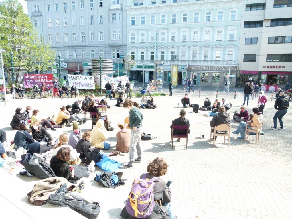 Menschen sitzen am Keplerplatz