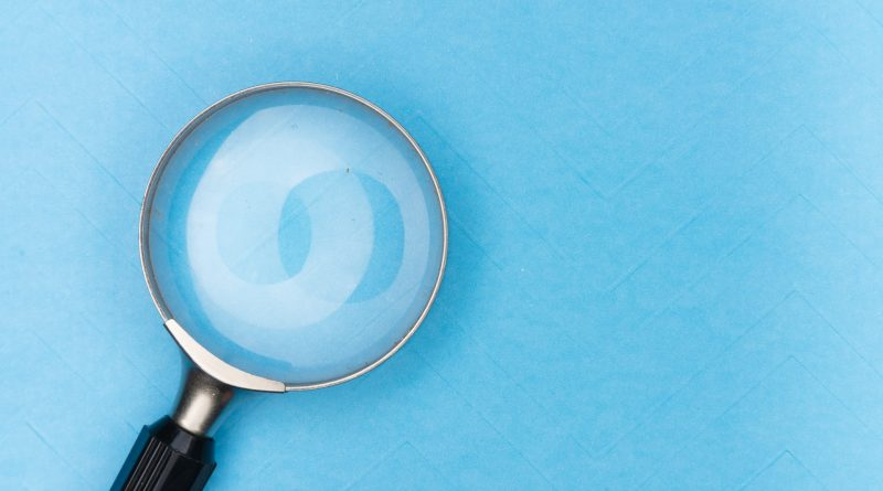 Lupe auf blauem Hintergrund