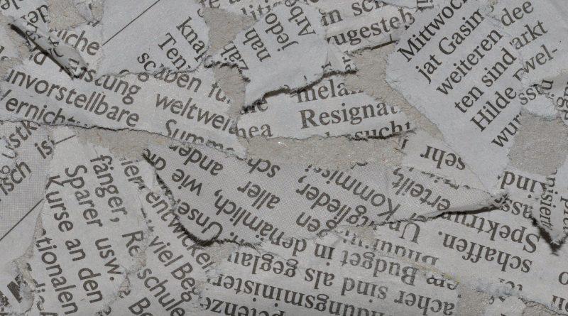 Zerrissene Zeitungsartikel-Fetzen