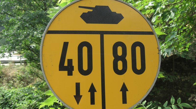 Straßenschild mit Panzer