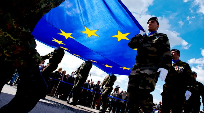 US-Soldaten tragen die EU-Flagge