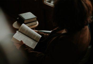 Mensch liest ein Buch