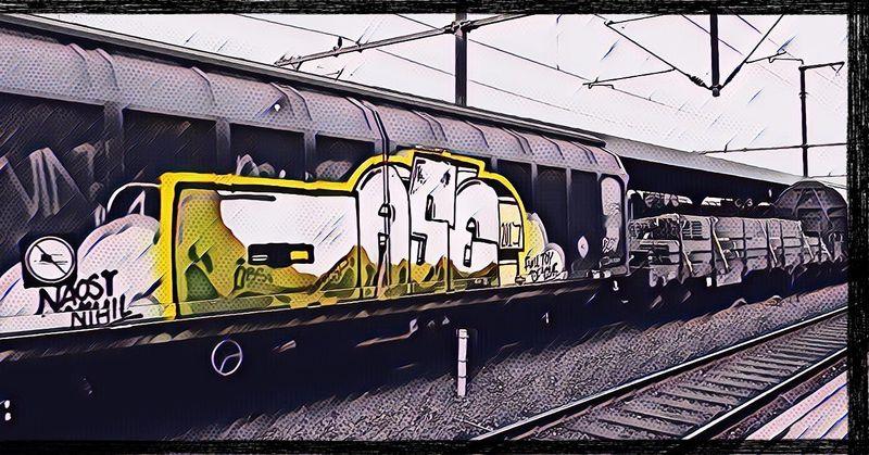 Zug mit Graffiti besprüht