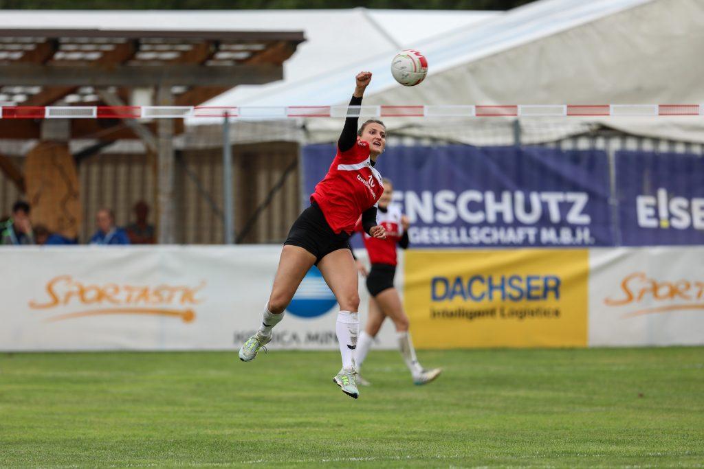 Marlene Hieslmair schlägt den Ball übers Netz