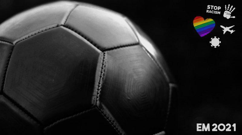 Schwarzer Fußball in schwarz weiß, rechts oben ein Herz in Regenbogenfarben
