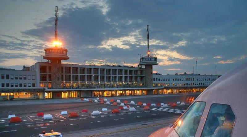 Der Flughafen in Budapest (Terminal 1) bei Sonnenuntergang