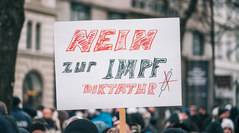 """Plakat auf Demo: """"Nein zur Impfdiktatur"""""""