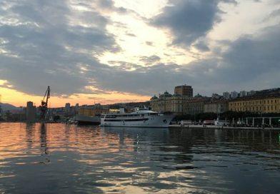 Hafen von Rijeka bei Sonnenuntergang