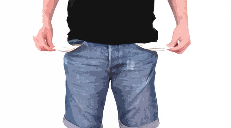 Mensch mit Jeans, zieht die leeren Taschen mit den Händen aus der Hose