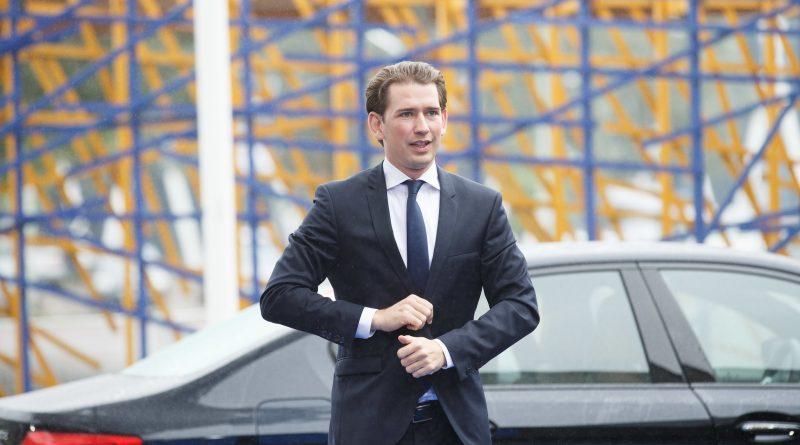 Sebastian Kurz ov einem schwarzen Auto im schwarzen Anzug