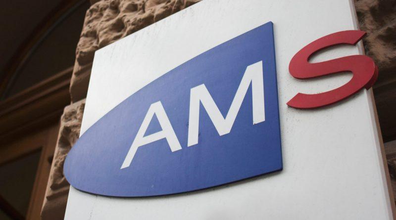 Logo des AMS an einem Gebäude