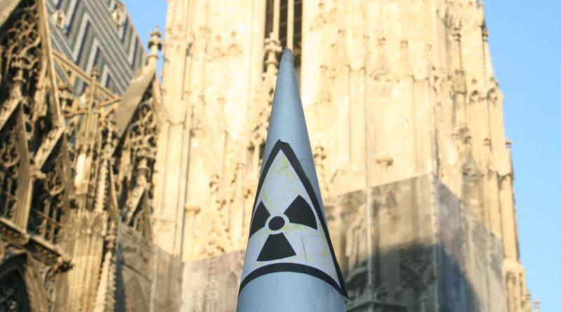 Symbol einer Atomwaffe vor dem Wiener Stephansdom