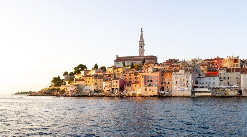 Im Vordergrund Meer, dahinter die Altstadt von Rovinj