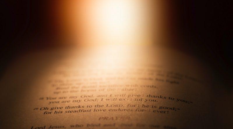 Eine Stelle in einer Bibel wird von Licht beleuchtet