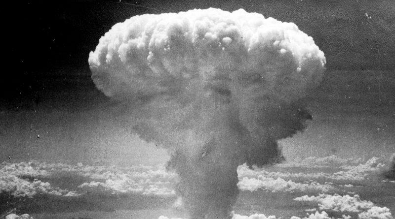 Die Wolke nach dem Atombombenabwurf auf Nagasaki in schwarz weiß