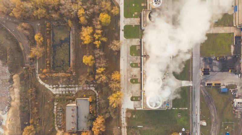 Fabrik, die Rauch ausstößt, von oben, rundherum grün
