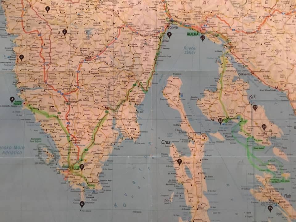 Eine Karte von Kroatien mit Stecknadeln an verschiedenen Orten