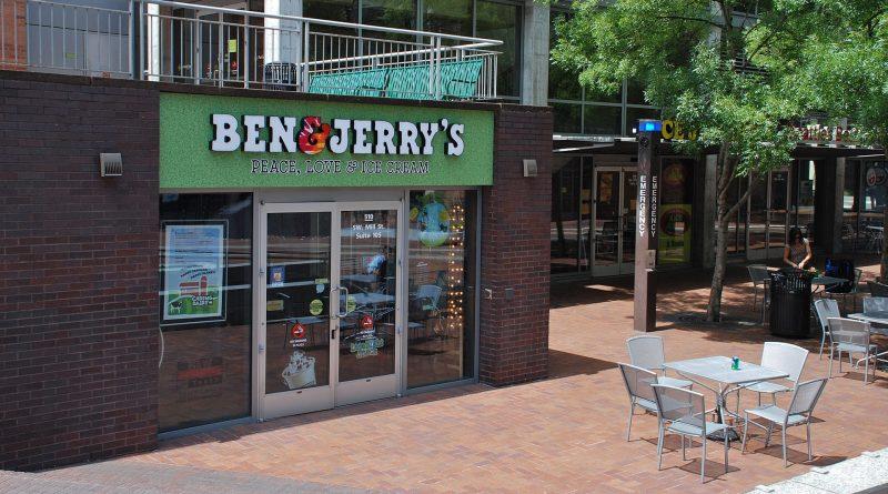 Shop von Ben und Jerrys, davor ein Tisch mit vier Sesseln