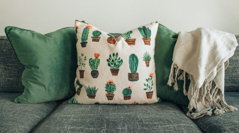 Polster liegen auf einer grauen Couch