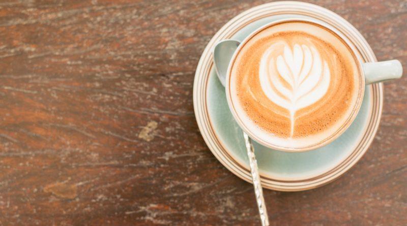 Kaffeetasse von oben auf eine braunen Tisch