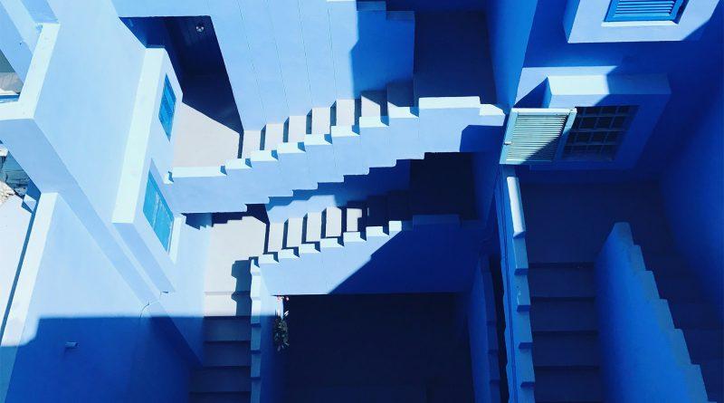 Viele Stufen in einem mehrstöckigen Gebäude, die wie ein Labyrinth wirken
