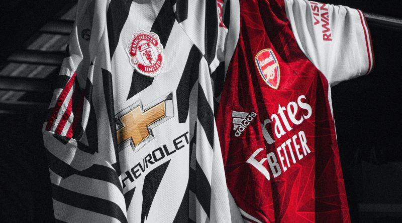Trikots von Manchester United und Arsenal hängen nebeneinander