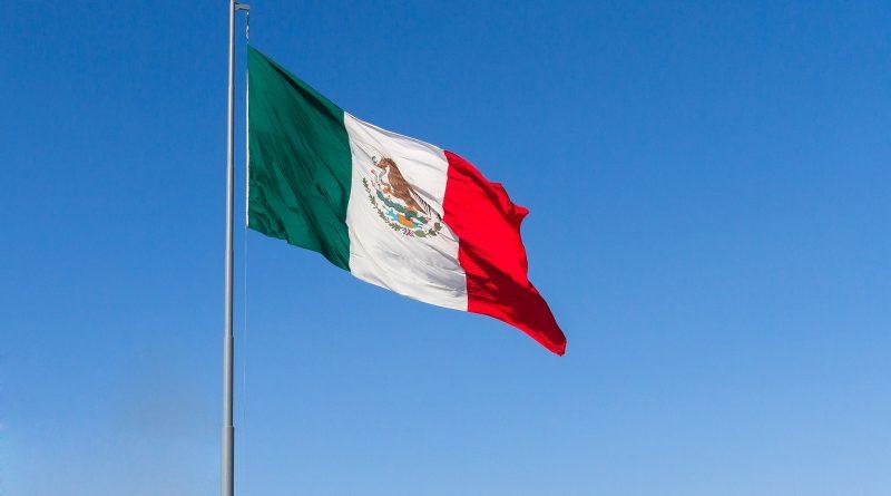 Flagge von Mexiko vor blauem Himmel