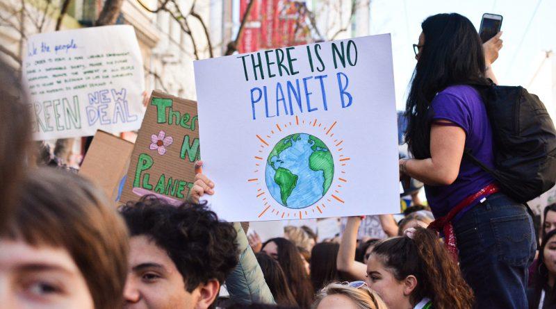 """Demonstration mit dem Schild """"No Planet B"""""""