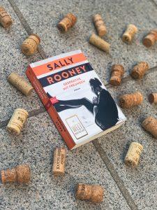 Buch liegt auf Steinboden, rundherum Korken
