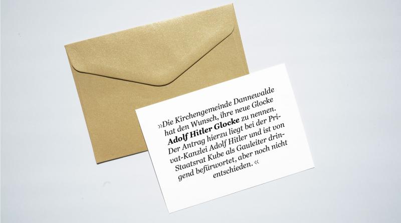 Weißer, beschrifteter Zettel liegt auf braunem Briefumschlag.