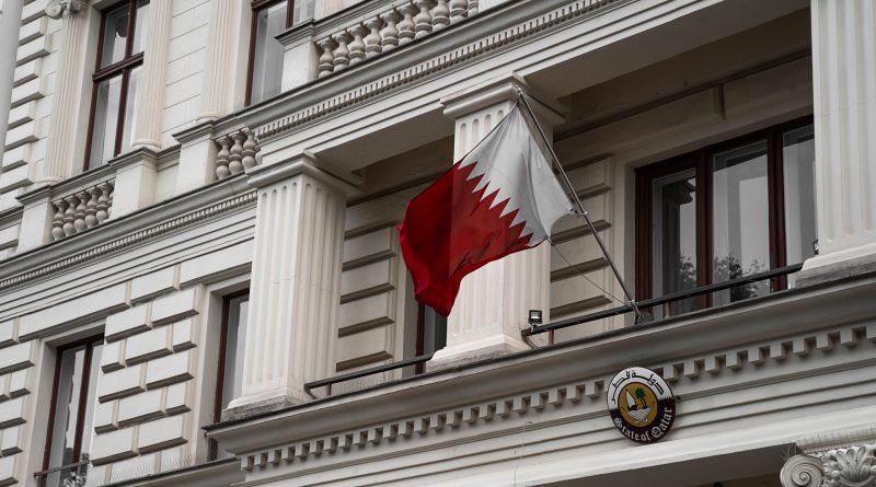 Die Flagge von Katar auf dem Gebäude der Katarischen Botschaft in Wien