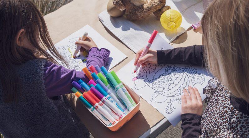 Zwei Mädchen malen Mandalas