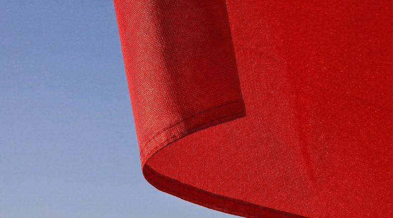 Nahaufnahme einer roten Fahne