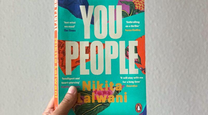 "Hand hält Buch ""You People"""